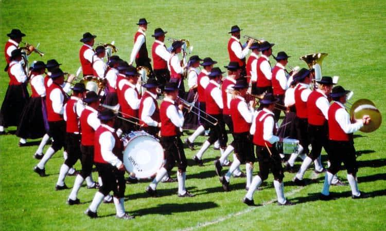 Marschparade zur Einweihung der neuen Sportanlage 2003