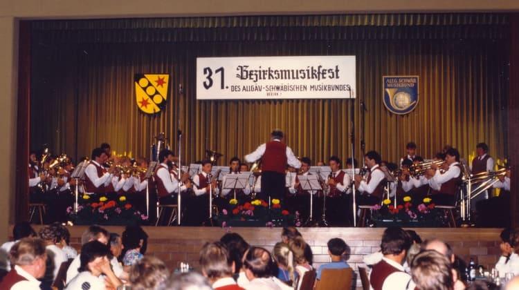 1986 Bezirksmusikfest in Dösingen unter der Leitung von Josef Lohbrunner